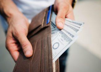 bancnote intr-un portofel deschis
