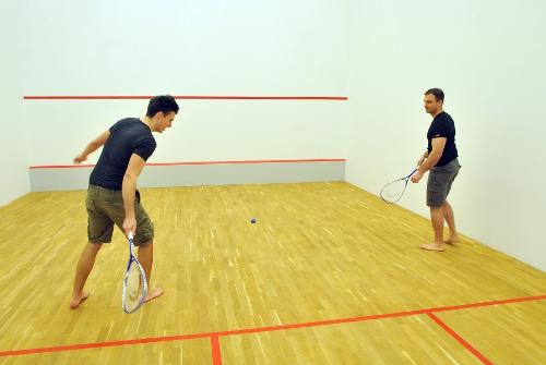 sportivi in sala de squash