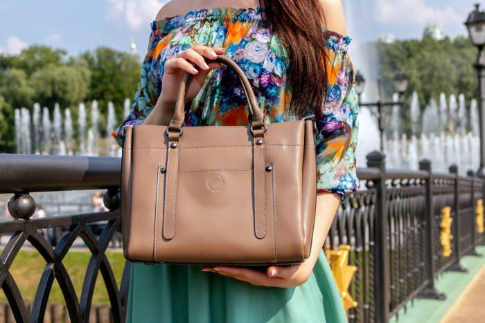 femeie care tine in mana o geanta