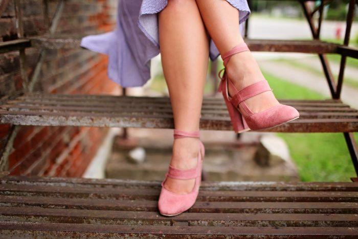 femeie incaltata cu pantofi roz
