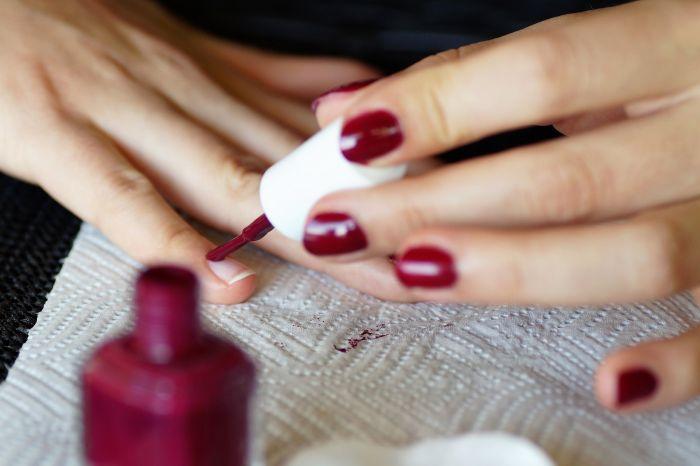 manichiura unghii culoare rosie
