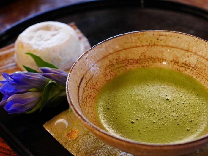 masca faciala din ceai verde intr-un bol pe masa