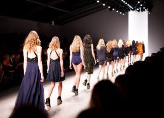 modele care defileaza pe podium intr-o prezentare de moda