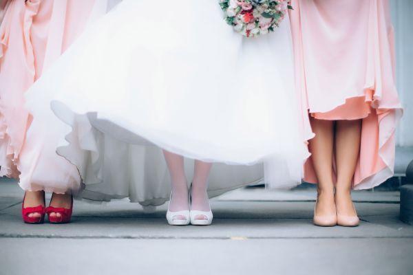 trei femei in pantofi la nunta