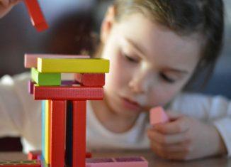 fetitacare se joaca cu cuburile