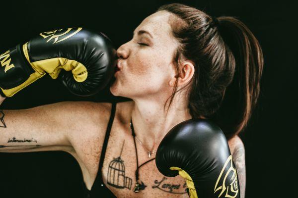 femeie care boxeaza