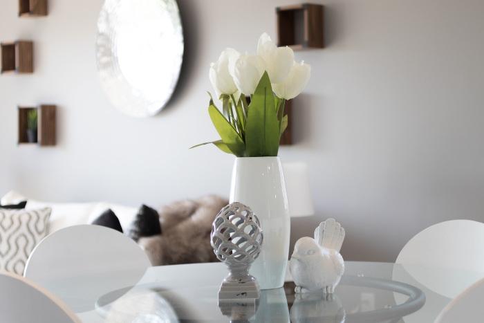 vaza alba cu lalele albe pe o masa in living