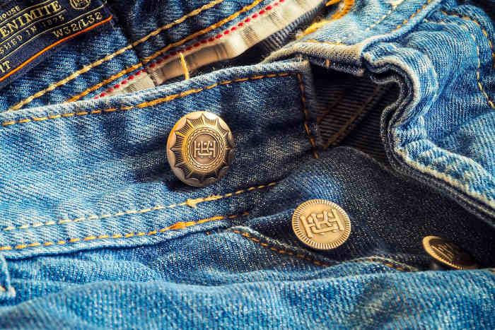 jeans cu nasturi metalici