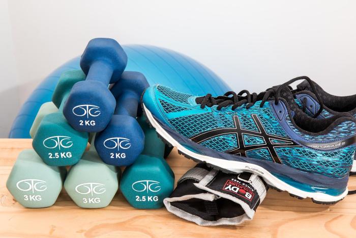Dacă faci gimnastica de dimineață, cumpără echipamente sport precum gantere, minge de fitness, greutati pentru incheieturile de la maini si gleze, pantofi sport