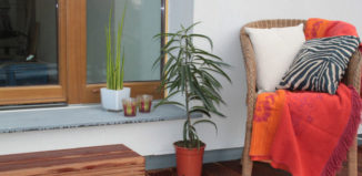 Printre cele 4 idei de amenajare pentru balcon se numără și mobilierul din lemn natural