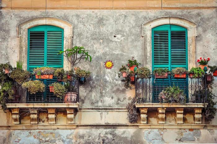 Decorațiuni cu ghivece cu flori, o idee de amenajare a balconului locuinței tale