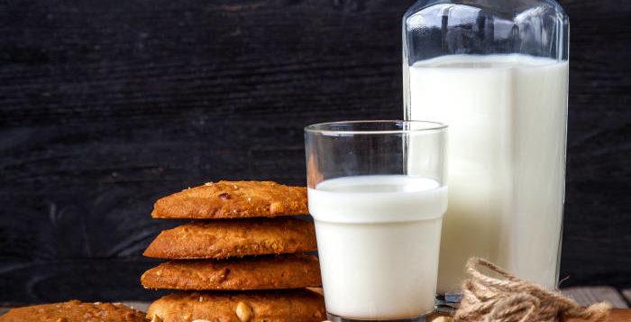 Sticlă și pahar cu lapte vegetal pe o masă